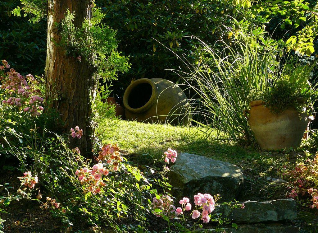 Jardín con flores y jarrones decorativos